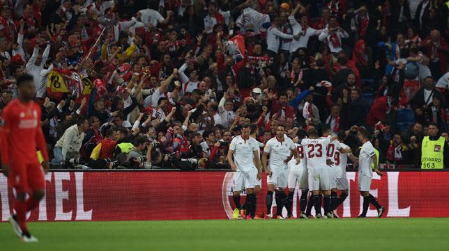 Los jugadores del Sevilla celebran el 1-1 obra de Gameiro (Foto: AFP).