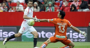 Juan Muñoz remata ante Andrés (Foto: Juan José Úbeda).