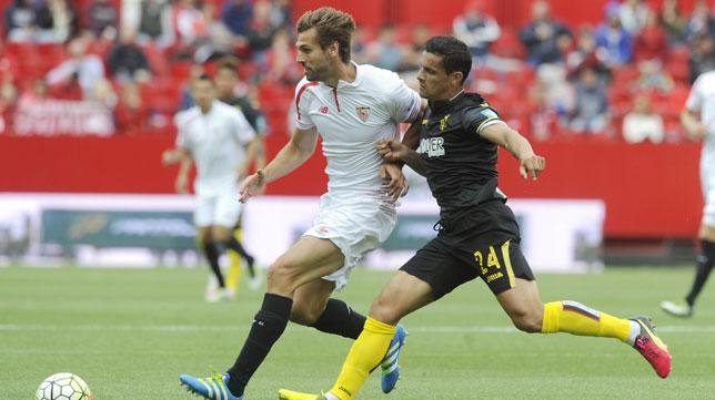Llorente y Ricardo Costa pugnan por un balón