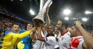 Mariano levanta el trofeo de la Liga Europa conseguido frente al Liverpool