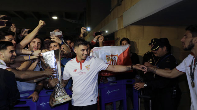 Reyes le entrega la copa a la afición del Sevilla (Foto: R. Doblado)