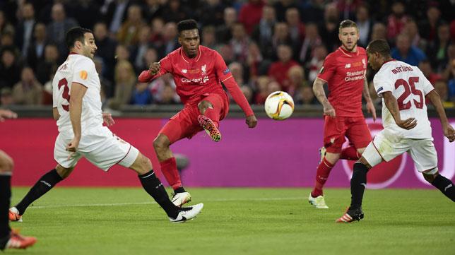 Sturridge remata para el 1-0 ante el Sevilla