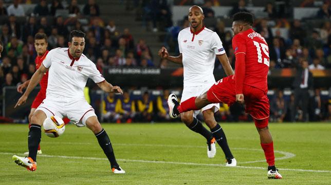 Sturridge remata ante Rami y Nzonzi en un partido europeo ante el Sevilla (Foto: AFP).