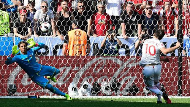 Krychowiak, en el momento que marca el gol de penalti