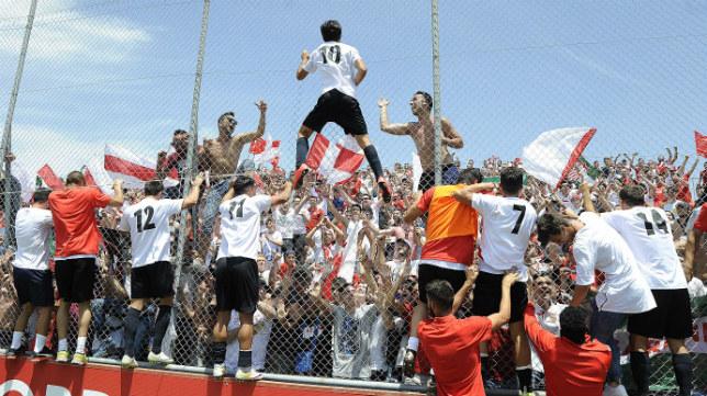 Los jugadores del Sevilla Atlético celebran el ascenso junto a su afición en la ciudad deportiva (FOTO: Jesús Spínola)