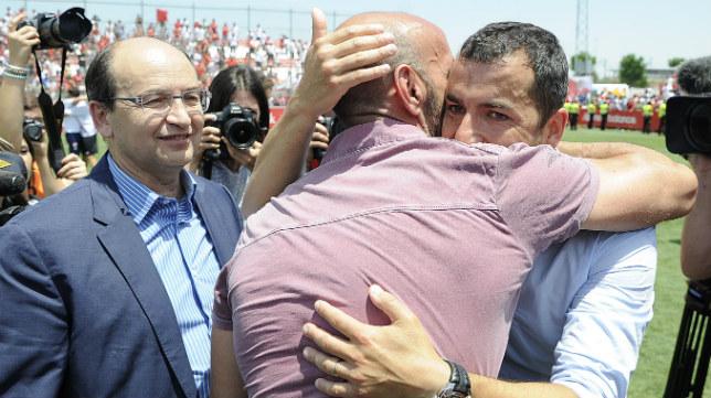 Castro y Monchi felicitan a Diego Martínez por el ascenso del Sevilla Atlético (FOTO: Jesús Spínola)