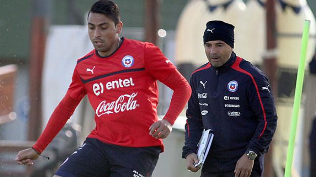 Jara y Sampaoli, durante un entrenamiento de Chile con el defensa Gonzalo Jara