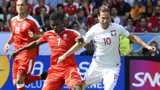 Krychowiak disputa un balón con el jugador suizo Embolo (Foto: EFE)