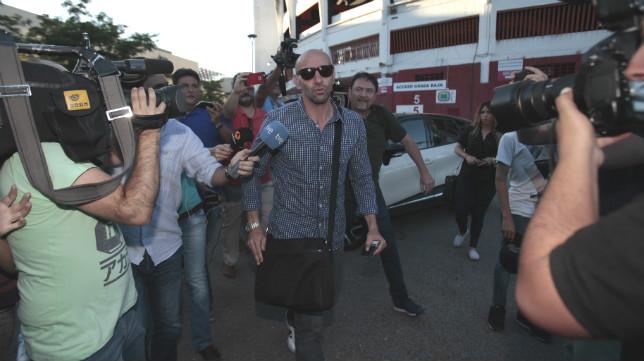 Monchi sale del estadio tras negociar su marcha