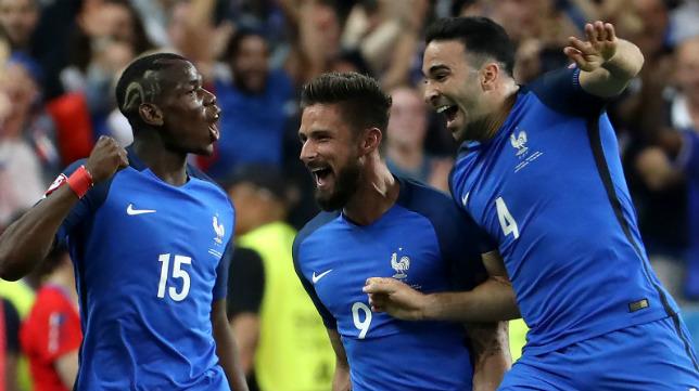 Pogba, Giroud y Rami celebran el primer gol de Francia, obra de Giroud, ante Rumanía