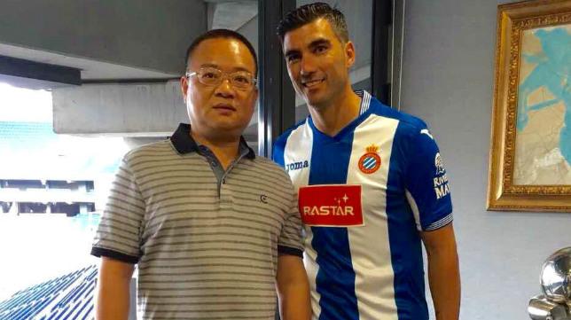 Reyes, junto al presidente del Espanyol, Chen Yansheng