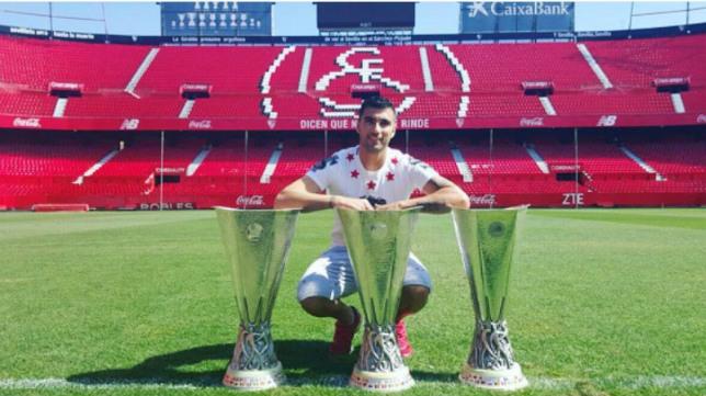 Reyes posa con las tres copas de la Europa League