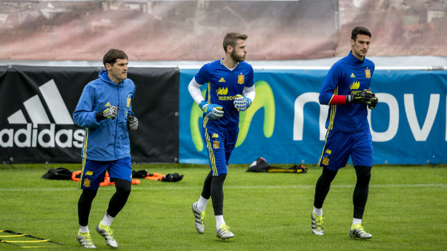 Sergio Rico, junto a Casillas y De Gea, en un entrenamiento de la selección (foto: EFE)