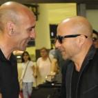 Sampaoli con Monchi se saludan en el aeropuerto de Sevilla (Jesús Spínola)