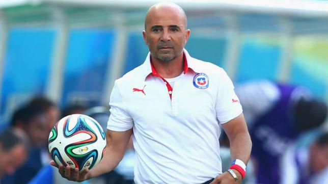 Jorge Sampaoli coge un balón en un partido de su etapa como seleccionador de Chile