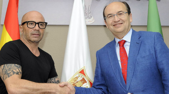 Jorge Sampaoli estrecha la mano de José Castro. Foto: SFC