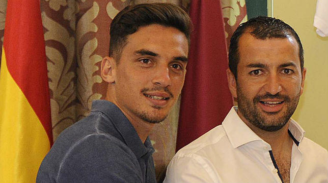 Tena, junto al técnico del Sevilla Atlético, Diego Martínez