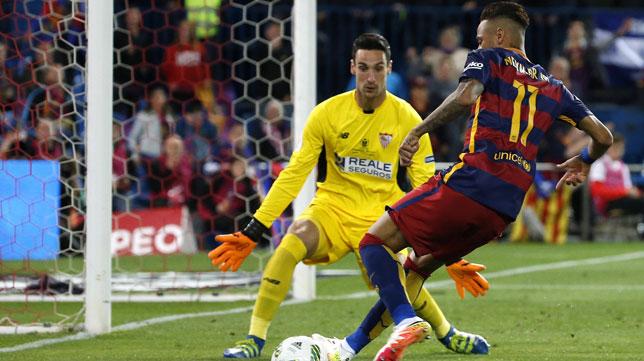 Sergio Rico frente a Neymar en la final de Copa del Rey 15-16 (foto: EFE)