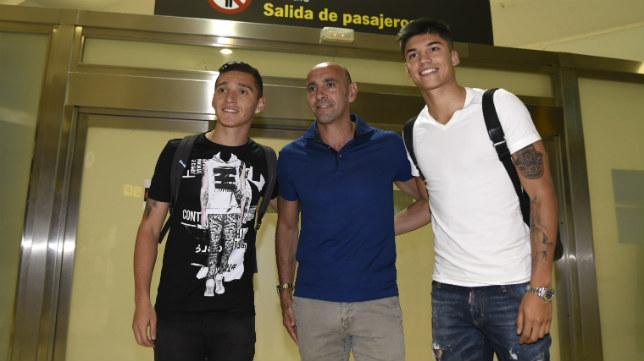 Correa y Kranevitter, junto a Monchi, en el aeropuerto de Sevilla. Foto: J. Spínola