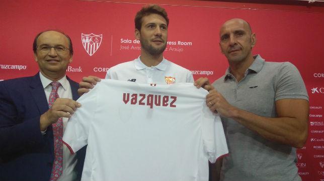 Franco Vázquez posa con la camiseta del Sevilla junto a Castro y Monchi