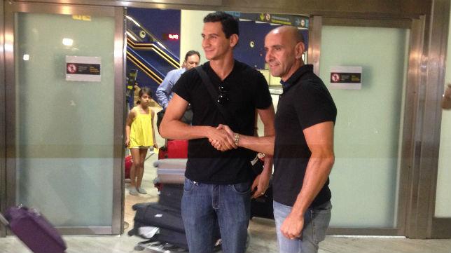 Ganso saluda a Monchi a su llegada a Sevilla