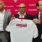 Sampaoli, con Castro y Monchi, en un acto del Sevilla