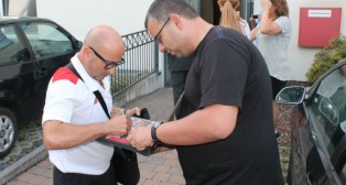 Sampaoli firma un autógrafo a un aficionado en Bad Schönborn
