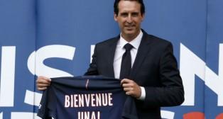 Unai Emery posa en su presentación como técnico del PSG (Foto: Reuters)