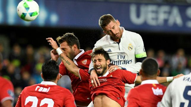 Pareja salta con Sergio Ramos en la Supercopa de Europa (foto: AFP)