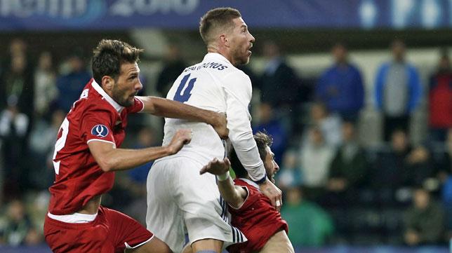 Pareja y Franco Vázquez saltan con Sergio Ramos en el Real Madrid-Sevilla (foto: AFP)