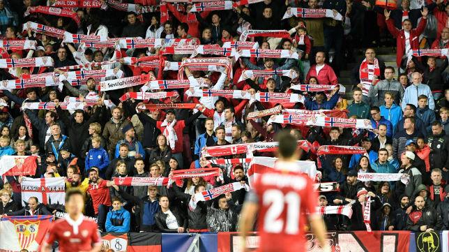 Aficionados sevillistas en la Supercopa de Europa (foto: AFP)