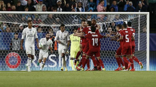 Konoplyanka es felicitado tras marcar de penalti ante el Real Madrid en la Supercopa de Europa (foto: AFP)
