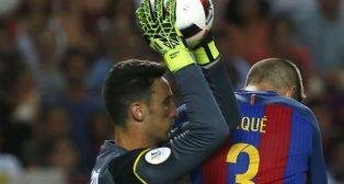 Sergio Rico atrapa el balón ante Piqué (foto: EFE)