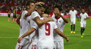 Vietto es felicitado por un gol ante el Español (foto: Raúl Doblado)