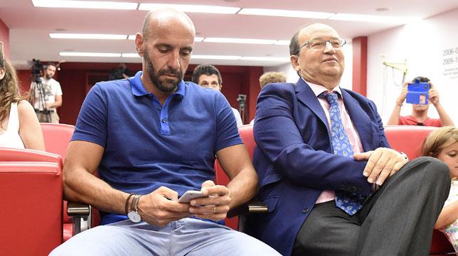 Monchi y Pepe Castro, en la sala de prensa del Sánchez-Pizjuán (foto: Jesús Spinola)