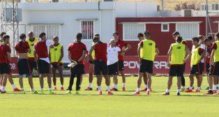 Sampaoli, con el grupo, en un entrenamiento del Sevilla (foto: Raúl Doblado)