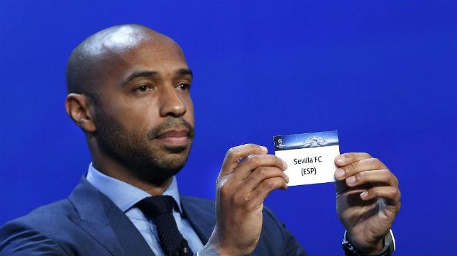El ex jugador francés Henry muestra la papeleta del Sevilla FC durante el sorteo de la fase de grupos de la Liga de Campeones (EFE/Sebastien Nogier)