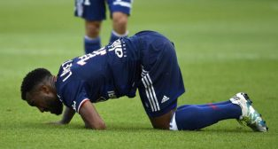 Lacazette se duele tras recibir un golpe en la rodilla (foto: AFP)