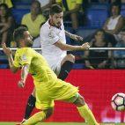 Sarabia dispara ante Mario, del Villarreal (foto: EFE)
