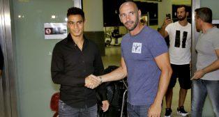 Ben Yedder saluda a Monchi a su llegada a Sevilla (Foto: J. M. SERRANO)