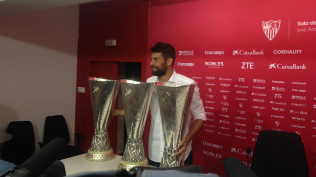 Coke posa con las tres copas de la UEFA Europa League conseguidas en el Sevilla FC (Foto: P. Pintinho)