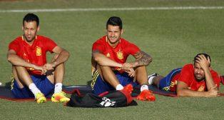 Vitolo, junto a Busquets y Diego Costa (foto: RFEF)