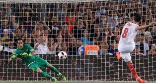 Iborra lanza el penalti que detuvo Claudio Bravo (Foto: AFP).