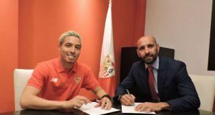 Nasri, junto a Monchi, firmando su contrato con el Sevilla (Foto: SFC)