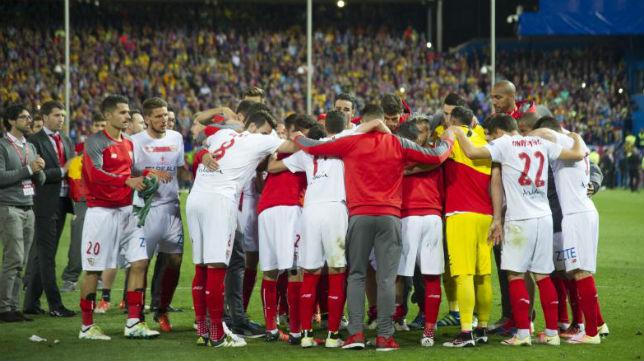 Los jugadores del Sevilla tras perder el último partido disputado ante el Barça, en la final de la Copa del Rey