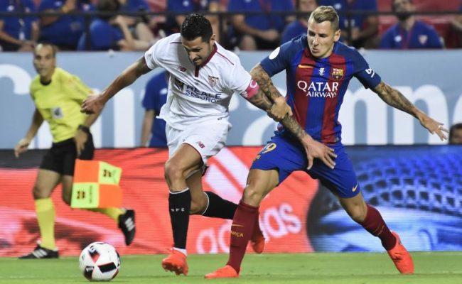 Vitolo se marcha de Digne en la ida de la Supercopa de España disputada el domingo en el Sánchez-Pizjuán