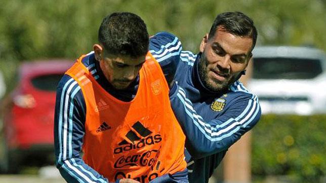 Gabriel Mercado junto a Banega en un entrenamiento de la selección argentina (foto: AFP / Alejandro Pagni)