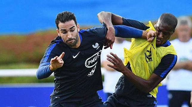 El sevillista Adil Rami, en un entrenamiento de la selección francesa (foto: AFP)