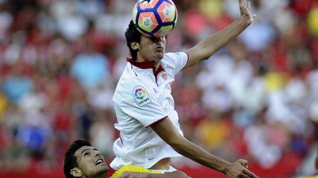 Carlos Fernández salta sobre Vicente Gómez, de Las Palmas (foto: AFP)