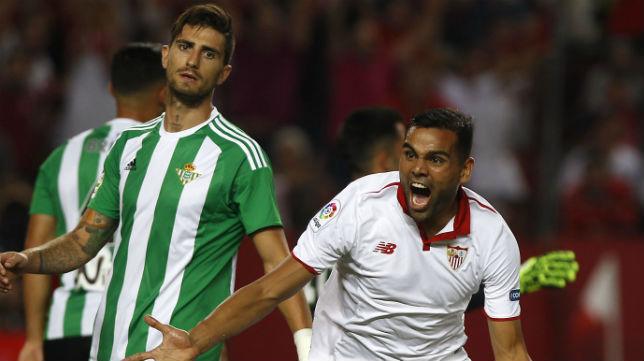 Mercado celebra su gol en el Sevilla - Betis